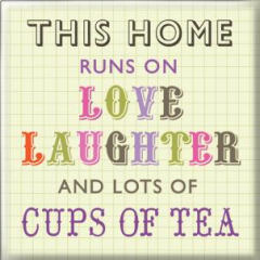 koelkastmagneet - this home runs on love laughter and lots of cups of tea