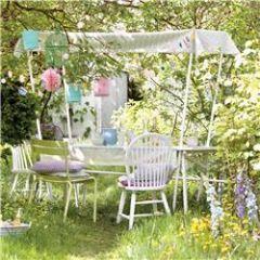 wenskaart - tafel in de tuin met slingers