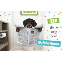 wenskaart - ik zie dat je jarig bent! gefeliciteerd - hond met krant